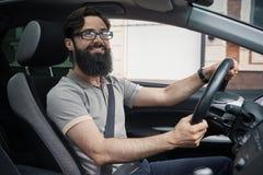 Lycklig karismatisk man som kör en bil arkivbilder