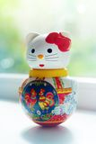 Lycklig katt för docka i hem royaltyfri fotografi