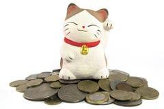 Lycklig katt på hög av mynt arkivbild