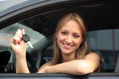lycklig key ny visande kvinna för bil Royaltyfri Bild