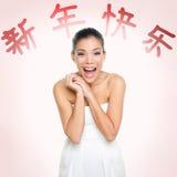 Lycklig kinesisk kvinna för nytt år och röd text Royaltyfri Fotografi