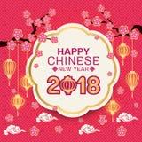 Lycklig kinesisk text för nytt år 2018 på det vita cirkelbanret för den guld- gränsen och rosa blommor förgrena sig, lyktan och a Royaltyfri Foto