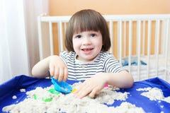 Lycklig kinetisk sand för barnlekar hemma Arkivbilder