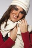 Lycklig kläder för ull för vinter för frisyrmodellkvinna Royaltyfria Bilder