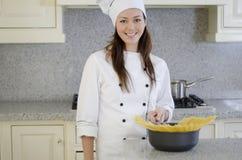 Lycklig kock omkring som lagar mat pasta Royaltyfri Foto