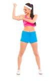 Lycklig konditionflicka som kontrollerar henne muskler Royaltyfri Fotografi