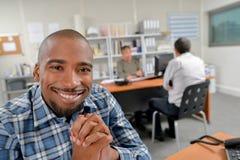 Lycklig kontorsarbetare för stående arkivbilder