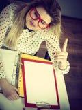 lycklig kontorskvinna för affär Fotografering för Bildbyråer