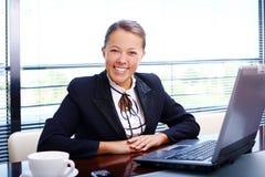 lycklig kontorskvinna för affär Royaltyfri Foto