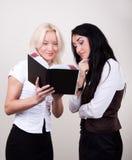 lycklig kontorsstående två för affärskvinnor Arkivbild