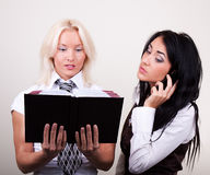 lycklig kontorsstående två för affärskvinnor Royaltyfri Fotografi