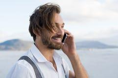Lycklig konversation på telefonen Arkivfoton