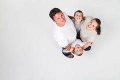 lycklig kram för familj Royaltyfria Bilder