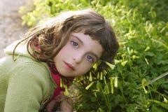 lycklig kram för flickagräsgreen little äng Arkivbilder