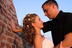 lycklig kram för par Arkivfoto