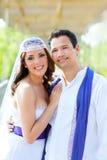 Lycklig kram för par, i att le för bröllopdag Arkivbild