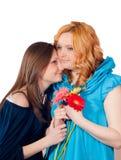 lycklig krama isolerad moder för dotter Royaltyfri Fotografi