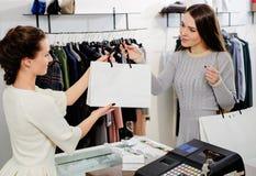 Lycklig kund med shoppingpåsen Royaltyfria Foton