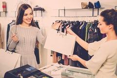 Lycklig kund med shoppingpåsen Arkivfoton