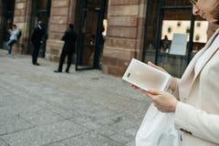 Lycklig kund, når att ha inhandlat den nya iPhonen 7 plus Royaltyfri Bild