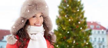 Lycklig kvinna över julträd i tallinn royaltyfria foton
