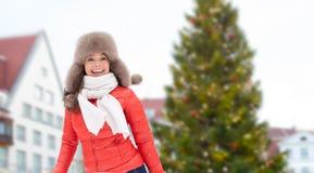 Lycklig kvinna över julträd i tallinn arkivbilder