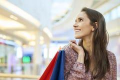 Lycklig kvinna efter stor shopping i staden arkivfoto