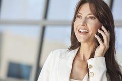 Lycklig kvinna eller affärskvinna som talar på celltelefonen Arkivbild