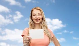 Lycklig kvinna eller tonårig flicka med tom vitbok Arkivfoto