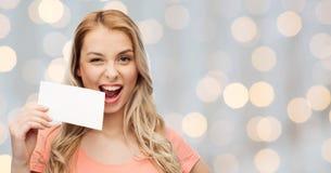 Lycklig kvinna eller tonårig flicka med tom vitbok Arkivbild