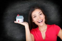 Lycklig kvinna för ägare för nytt hus - svart tavlabegrepp Royaltyfri Fotografi