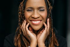 lycklig kvinna för afrikansk amerikan Tandläkarereklamfilm royaltyfria foton