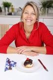 lycklig kvinna för cake royaltyfri fotografi