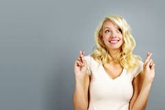lycklig kvinna för crossingfingrar Royaltyfri Bild