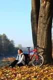lycklig kvinna för cyklist Arkivfoton