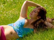 lycklig kvinna för fält Arkivfoto