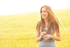 lycklig kvinna för fält royaltyfri foto