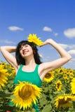 lycklig kvinna för fält Royaltyfri Fotografi