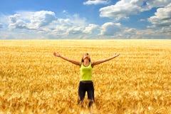lycklig kvinna för frihet Arkivbilder
