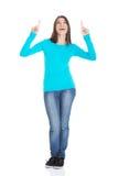 Lycklig kvinna för full längd som pekar upp Royaltyfri Fotografi