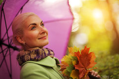 lycklig kvinna för höst arkivbilder