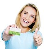 lycklig kvinna för kortkreditering Arkivbild