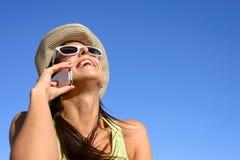 Lycklig kvinna för mobiltelefonappell Arkivfoton