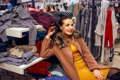 Lycklig kvinna för shopping i shopping för klädlager Royaltyfria Foton