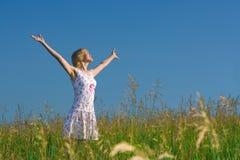lycklig kvinna för skönhetfält Arkivbilder