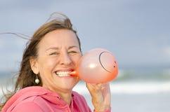Lycklig kvinna för stående med smileyballongen Arkivbilder