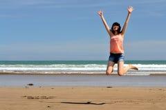 lycklig kvinna för strand Royaltyfri Foto