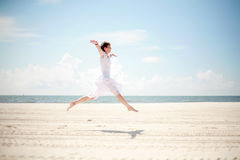 lycklig kvinna för strand Arkivfoton