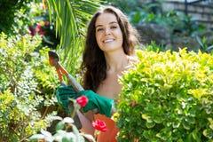 Lycklig kvinna, i att arbeta i trädgården Royaltyfria Foton