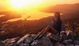 Lycklig kvinna i bergen Arkivfoto